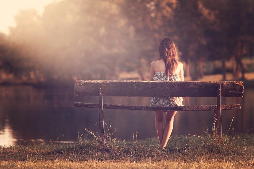 femme seule sur un banc