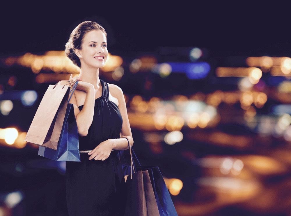 celibattante elegante faisant ses courses