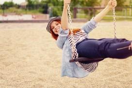 femme celibataire heureuse et libre sur une balancoire