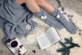 femme qui lit en pyjama