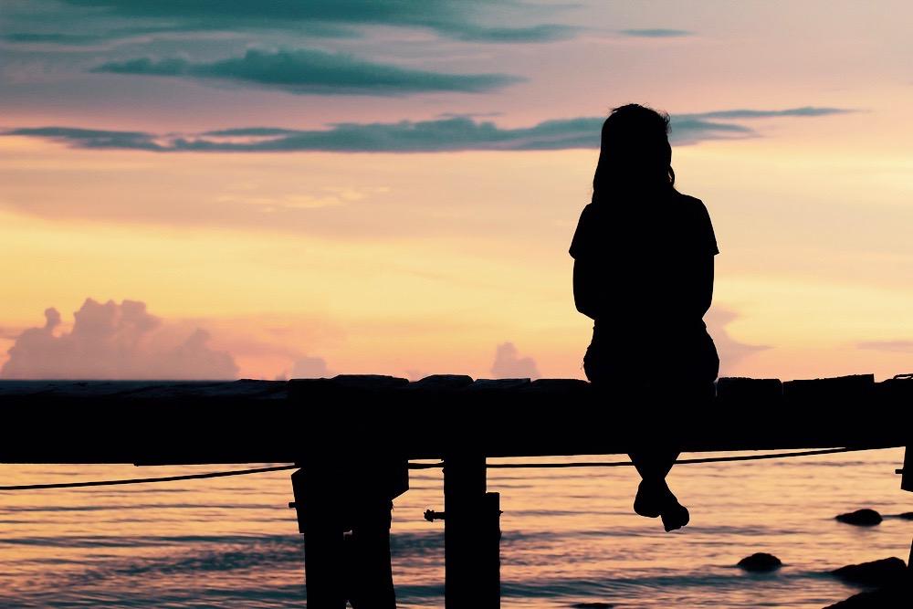 femme celibataire seule sur un ponton