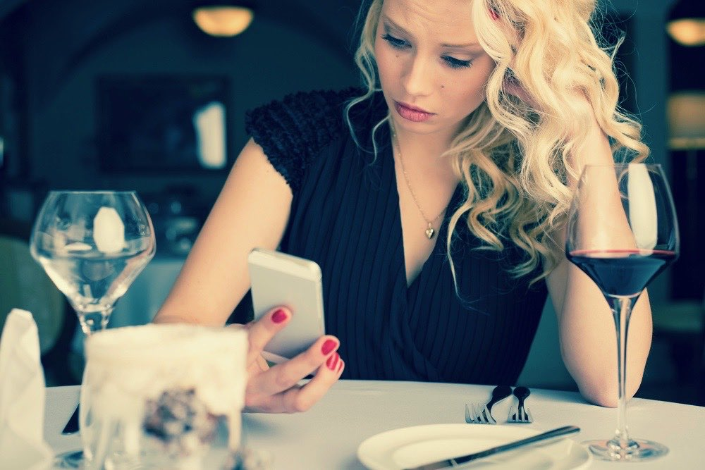 femme seule au restaurant