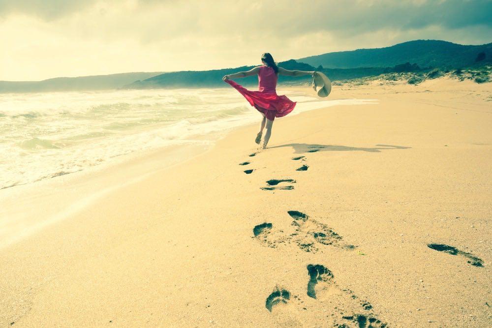 femme courant sur la plage