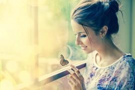 femme seule papillon