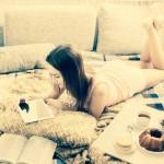 femme seule et heureuse sur son lit