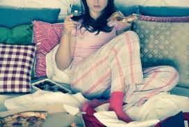 femme seule en pyjama
