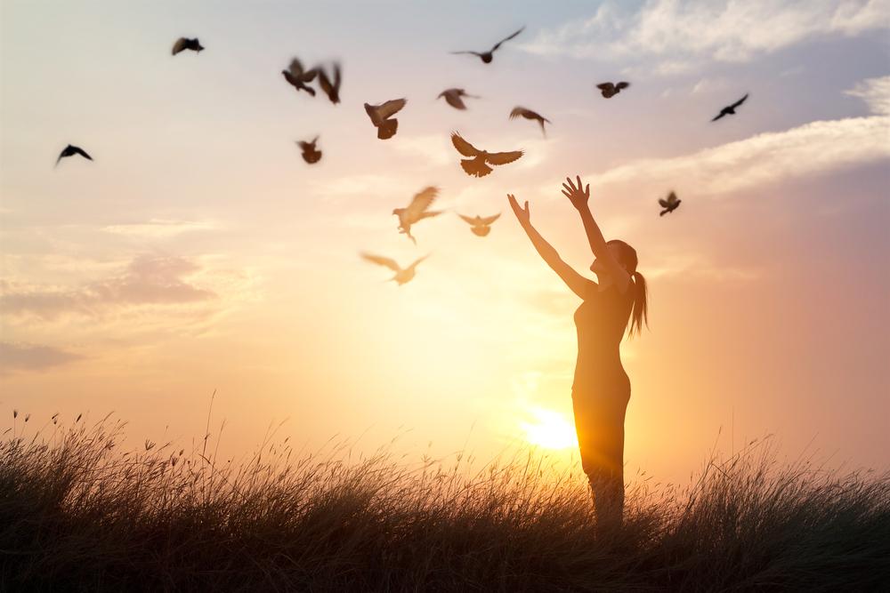 femme libre dans la nature oiseaux