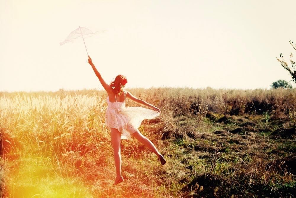 femme seule printemps ombrelle