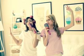 copines qui s amusent et chantent en bigoudis