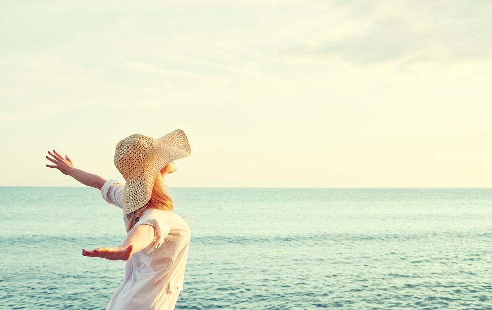 femme a chapeau sur la plage