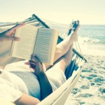 femme qui lit un livre sur la plage