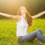 femme qui medite dans la nature