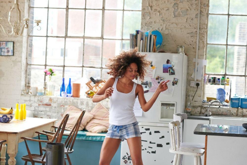 femme qui danse dans sa cuisine