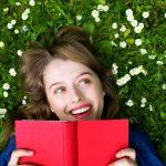 femme qui lit dans un jardin