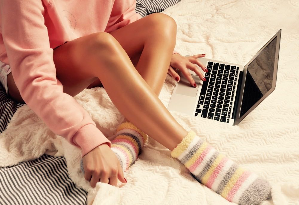 femme sur son lit ordinateur