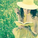 femme qui lit dans la nature