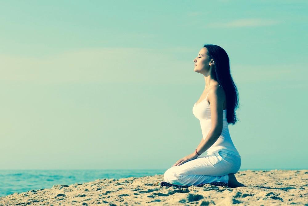 femme yoga plage